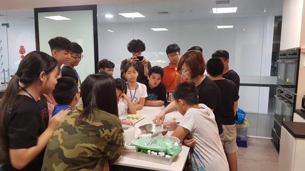 Các em nhỏ được học làm bánh khi tham gia trại hè Singapore