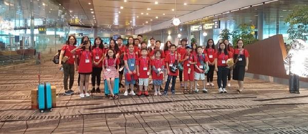 Hình ảnh các bé rạng rỡ tại sân bay sau chuyến du học hè