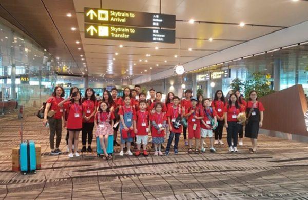 Các bạn nhỏ có mặt ở sân bay, rạng rỡ tham gia trại hè